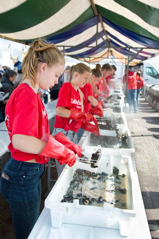 Tijdens de mosseldag in Yerseke worden de gekookte mosselen in een bakje geschept, klaar om geconsumeerd te worden.