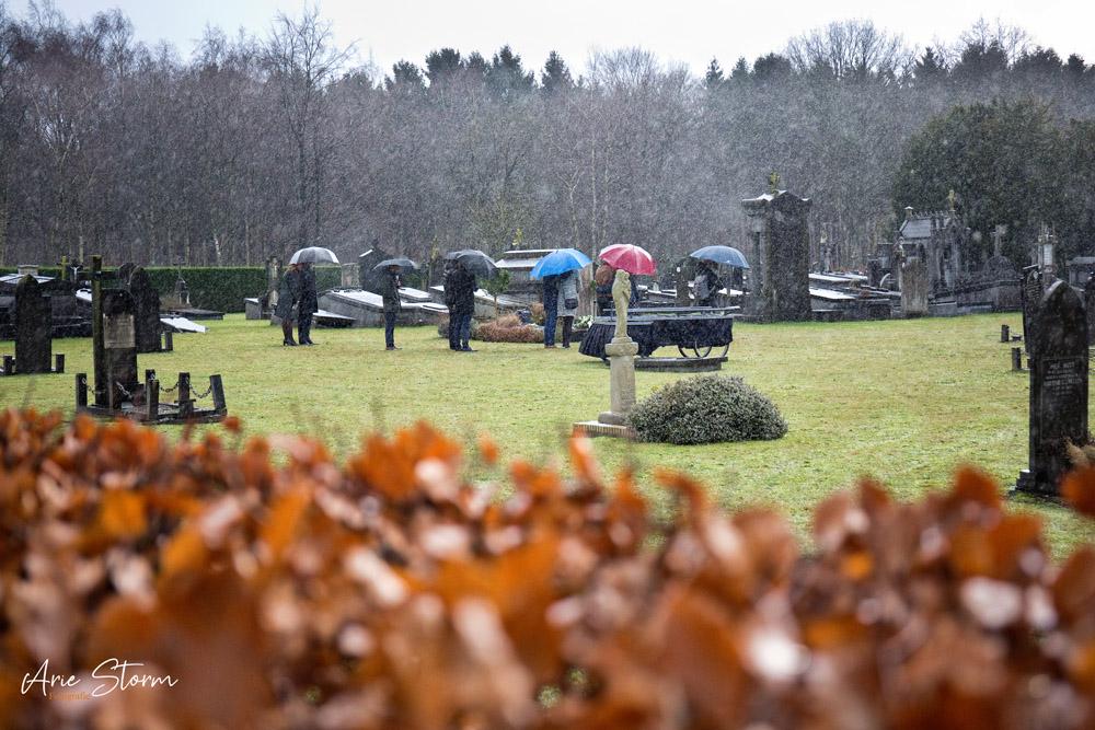 sfeerbeeld tijdens uitvaart op de begraafplaats in Bergen op Zoom
