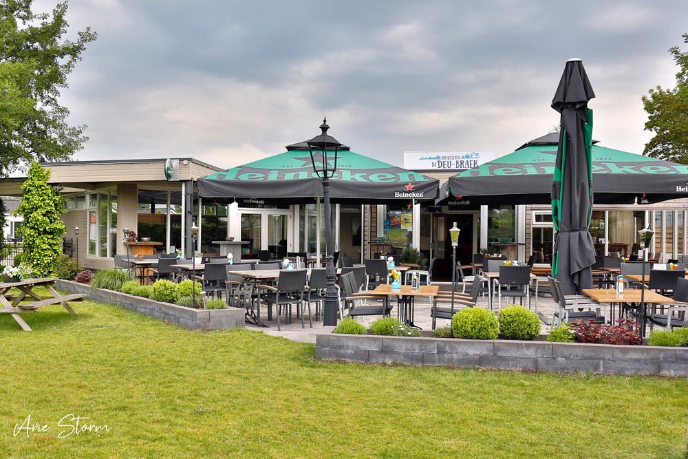 De brasserie de Deu-Braek ligt aan de ingang van het chaletpark de Krabbekreek